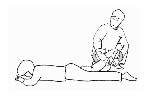 相手の足を乗せ、掌と膝で挟み込むように固定する