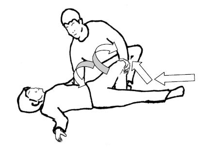 曲げた膝に触れ掌全体で包み込むように保持
