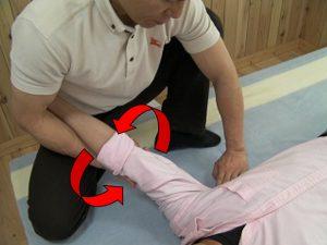 腋下の筋肉群に対し、牽引をかけながら行うことも出来る