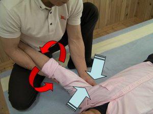 図は、腋下の筋肉群を五指を使い筋繊維を掌握して行う応用もある。(このときも、上肢の固定は緩めないこと)
